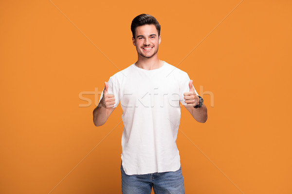 Glimlachend knappe man tonen okay jonge symbool Stockfoto © NeonShot