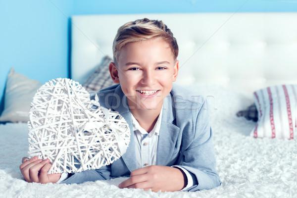 Stok fotoğraf: Genç · kalp · yakışıklı · yatak · gülen