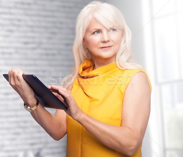 Portret aantrekkelijk senior zakenvrouw tablet mooie Stockfoto © NeonShot