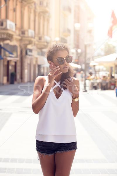 Stockfoto: Afro-amerikaanse · meisje · mobiele · telefoon · mooie · vrouw · krulhaar