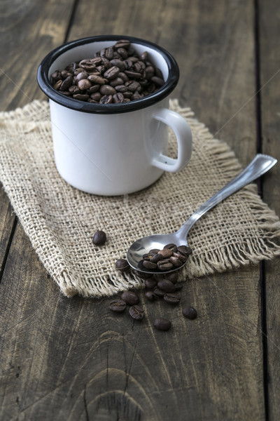 Kahve çekirdekleri emaye kupa ahşap Stok fotoğraf © nessokv