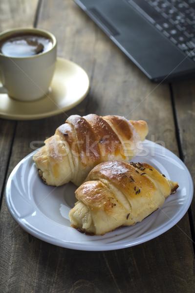 Ontbijt kantoor werken laptop voedsel bakkerij Stockfoto © nessokv