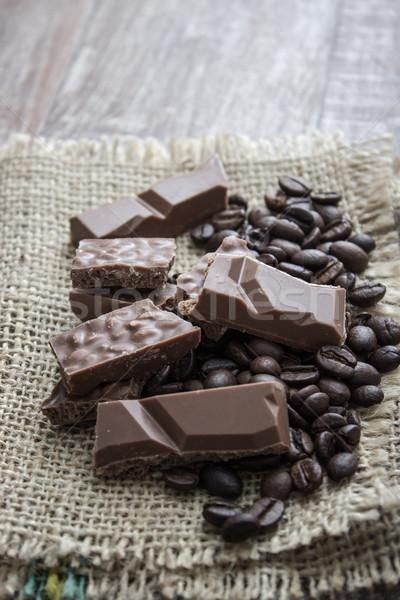 Foto stock: Chocolate · barras · grãos · de · café · mesa · de · madeira · fundo