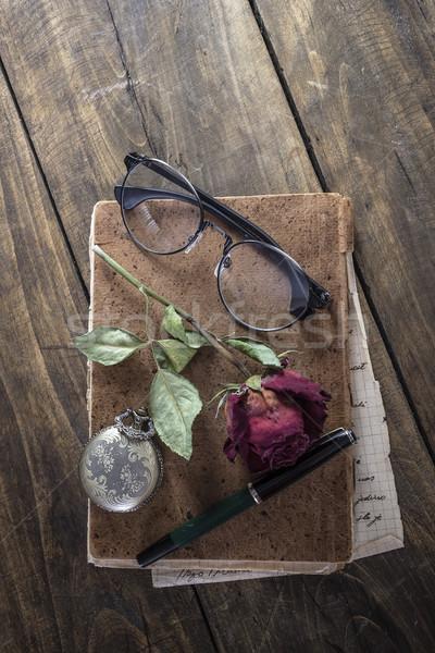 Natureza morta rosa vermelha velho livro antigo relógio de bolso rústico Foto stock © nessokv