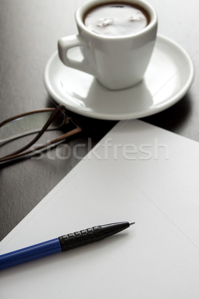Koffie witte papier pen zwarte tabel Stockfoto © nessokv