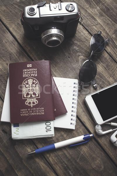 Preparação viajar celular óculos de sol passaporte mesa de madeira Foto stock © nessokv