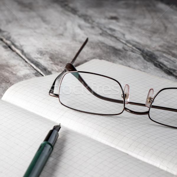 Velho livro óculos tabela para cima foto livro Foto stock © nessokv