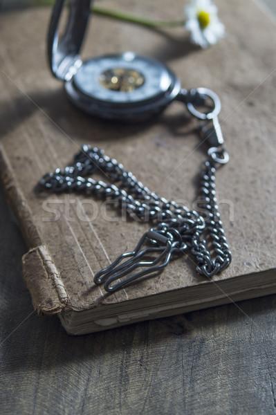 Velho relógio de bolso velho livro Foto stock © nessokv
