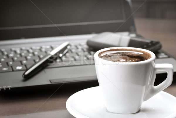 Manhã café secretária computador tecnologia teclado Foto stock © nessokv