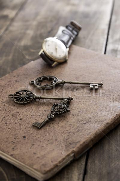 Régi könyv sárgaréz kulcs klasszikus felület közelkép Stock fotó © nessokv