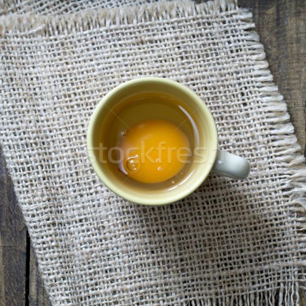 Friss tojás csésze fölött kilátás törött Stock fotó © nessokv