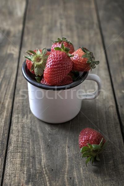 Bağbozumu emaye kupa taze çilek Stok fotoğraf © nessokv