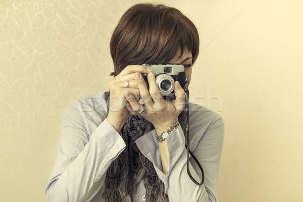 Klasszikus retro kamera nők elvesz fényképek Stock fotó © nessokv