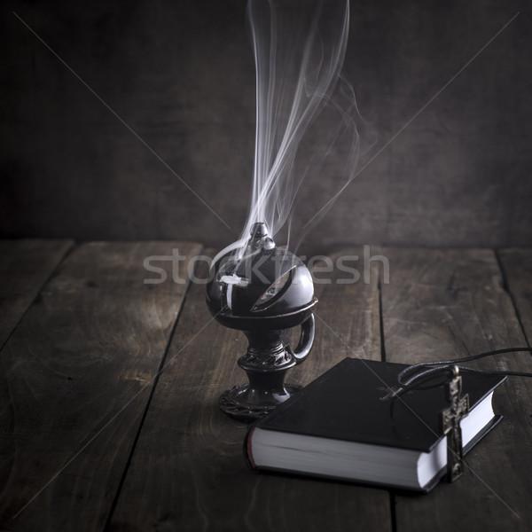 Fumer brûlant bible table fumée culte Photo stock © nessokv