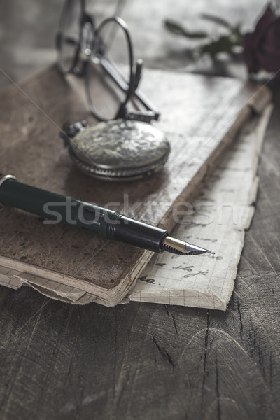Starych vintage dziennik książki drewniany stół pióro Zdjęcia stock © nessokv