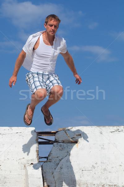 Jeune homme mur à l'extérieur homme sautant Aller Photo stock © nickp37