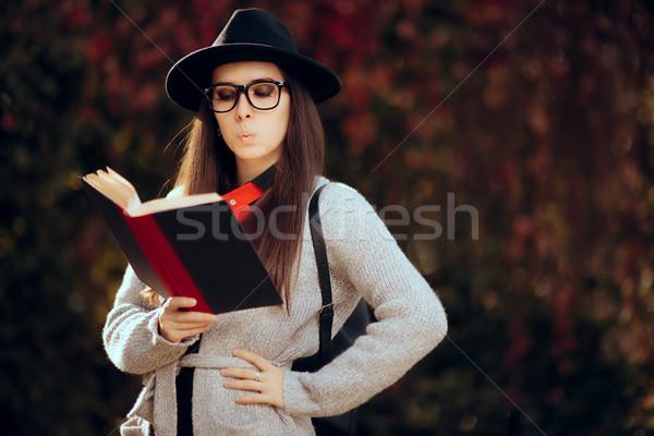 ストックフォト: 驚いた · 学生 · フェドーラ · 眼鏡 · リュックサック · 読む