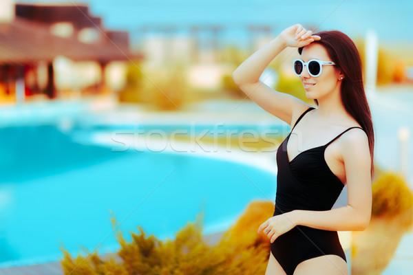 Zomer meisje mode zonnebril zwarte zwempak Stockfoto © NicoletaIonescu