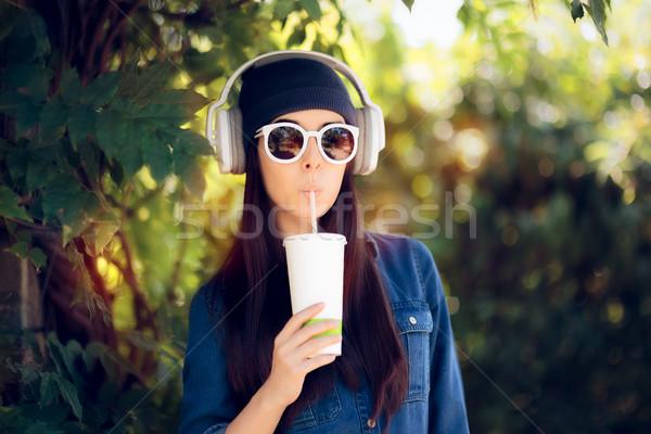 Cool девушки джинсов Солнцезащитные очки питьевой Сток-фото © NicoletaIonescu