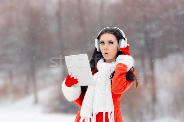 удивленный зима девушки наушники ПК таблетка Сток-фото © NicoletaIonescu
