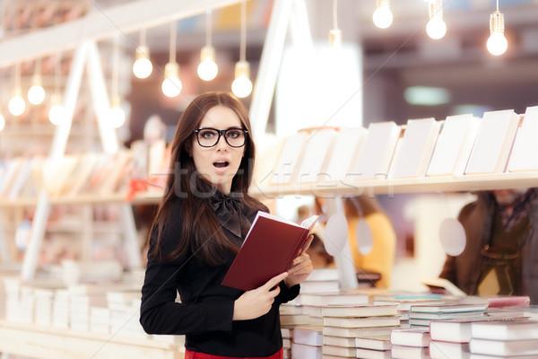 Vicces lány olvas könyv könyvespolc aranyos Stock fotó © NicoletaIonescu