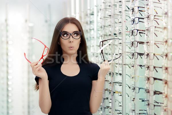 Vrouw kiezen bril frames optische store Stockfoto © NicoletaIonescu