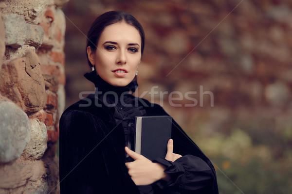 Mooie donkere prinses lezing boek portret Stockfoto © NicoletaIonescu