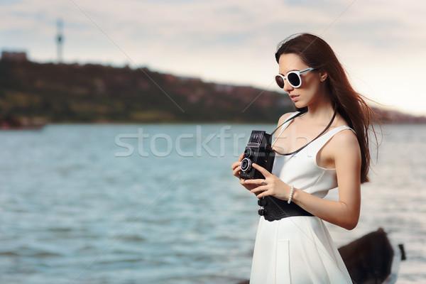 Retro kadın bağbozumu fotoğraf kamera plaj Stok fotoğraf © NicoletaIonescu