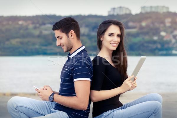 Boldog pár okostelefon tabletta fiatal felnőtt modern Stock fotó © NicoletaIonescu