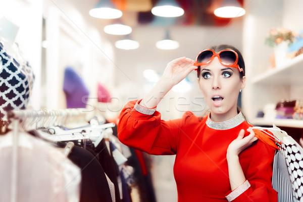 Verwonderd elegante vrouw winkelen mode store Stockfoto © NicoletaIonescu