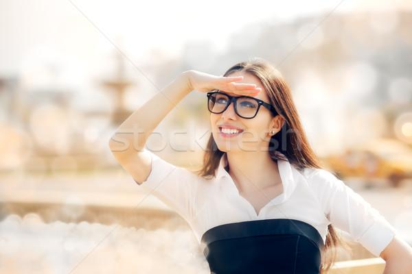 Gläser Suche etwas Business Mädchen Stock foto © NicoletaIonescu