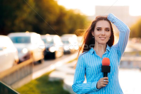 Kobiet wiadomości reporter dziedzinie ruchu kobieta Zdjęcia stock © NicoletaIonescu