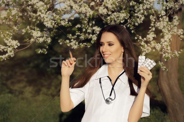 Frühling weiblichen Arzt Impfstoff Spritze Pillen Stock foto © NicoletaIonescu