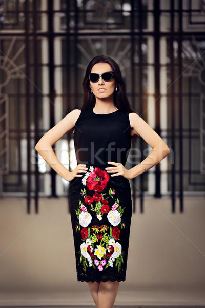 Mesés divatos nő sötét napszemüveg elegáns Stock fotó © NicoletaIonescu