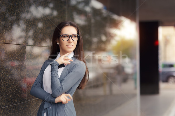 Elegante mujer gafas pie fuera Foto stock © NicoletaIonescu