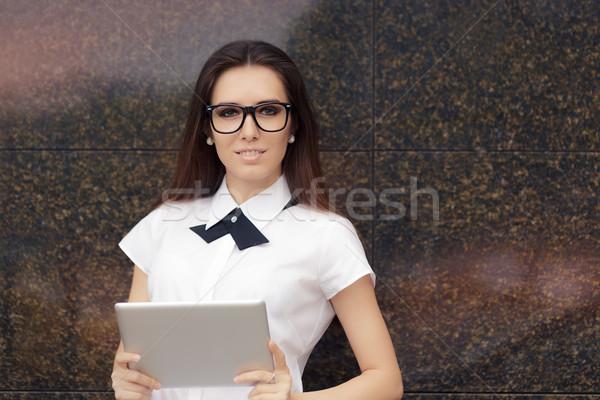 Elegáns nő visel szemüveg pc tabletta Stock fotó © NicoletaIonescu