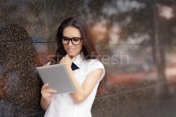 Elegante vrouw bril pc tablet Stockfoto © NicoletaIonescu