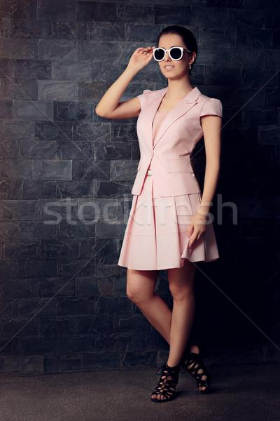 Divatos nő rózsaszín öltöny szoknya napszemüveg Stock fotó © NicoletaIonescu