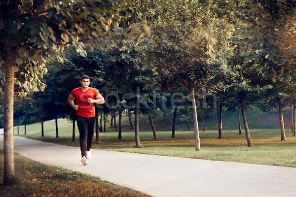 Człowiek uruchomiony zewnątrz jogging szkolenia przystojny Zdjęcia stock © NicoletaIonescu