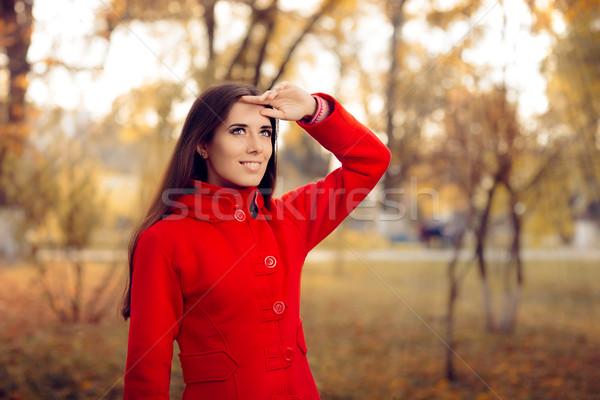 Najaar vrouw Rood jas buiten Stockfoto © NicoletaIonescu