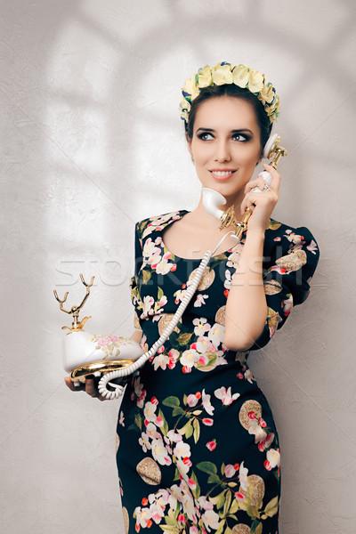 Retro vrouw vintage telefoon gelukkig jonge vrouw Stockfoto © NicoletaIonescu