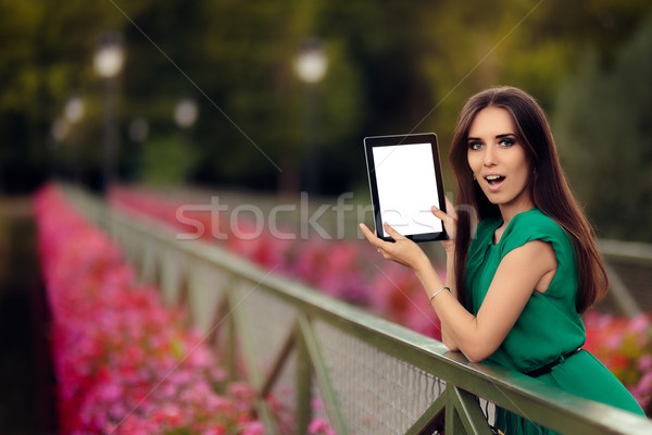 Meglepődött nő mutat digitális tabletta kirakat Stock fotó © NicoletaIonescu