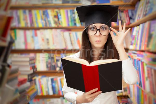 Kíváncsi iskola diák olvas könyv könyvtár Stock fotó © NicoletaIonescu