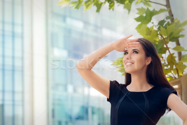 Jonge zakenvrouw zoeken iets elegante Stockfoto © NicoletaIonescu