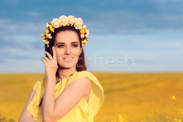 Estate donna rose ghirlanda floreale campo Foto d'archivio © NicoletaIonescu