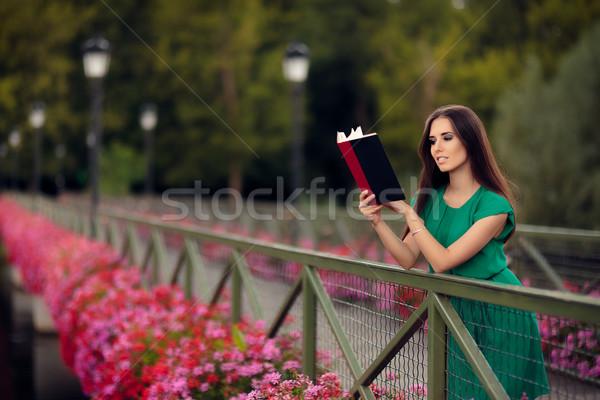Donna lettura libro ponte fiori ritratto Foto d'archivio © NicoletaIonescu