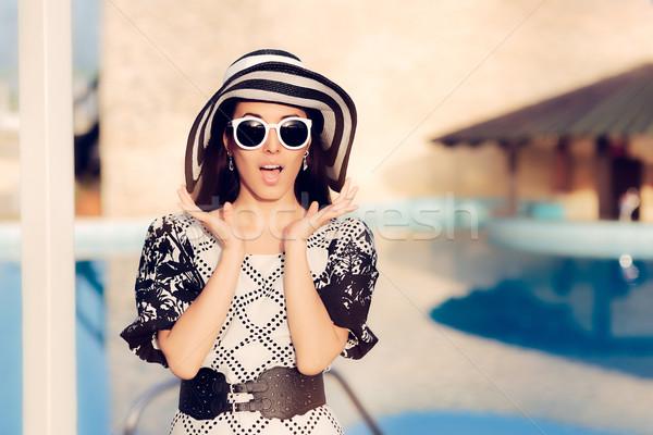 Verwonderd vrouw zonnebril zwembad portret Stockfoto © NicoletaIonescu