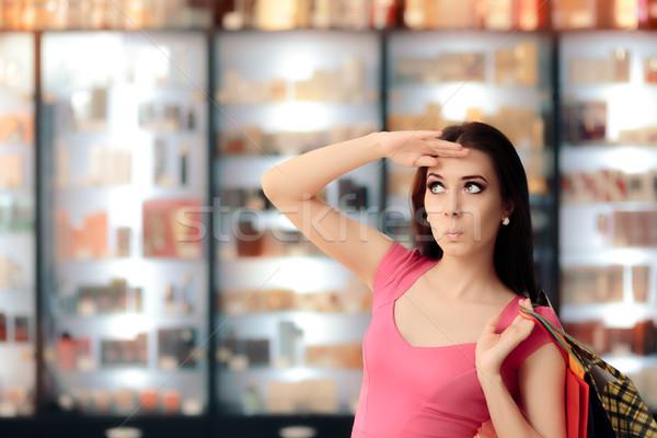 Nieuwsgierig vrouw naar geschenken Stockfoto © NicoletaIonescu