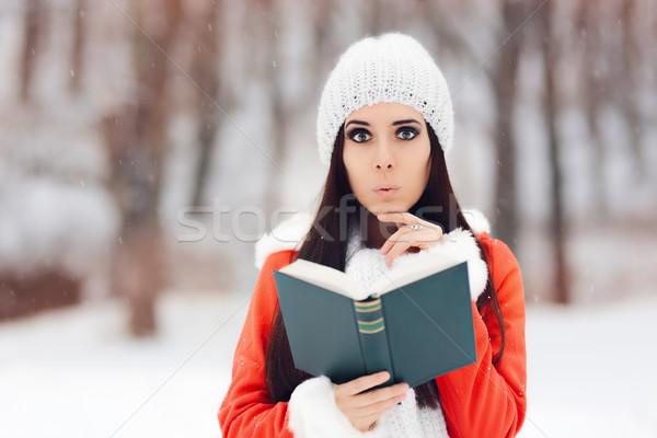 Sorpreso donna lettura libro fuori neve Foto d'archivio © NicoletaIonescu