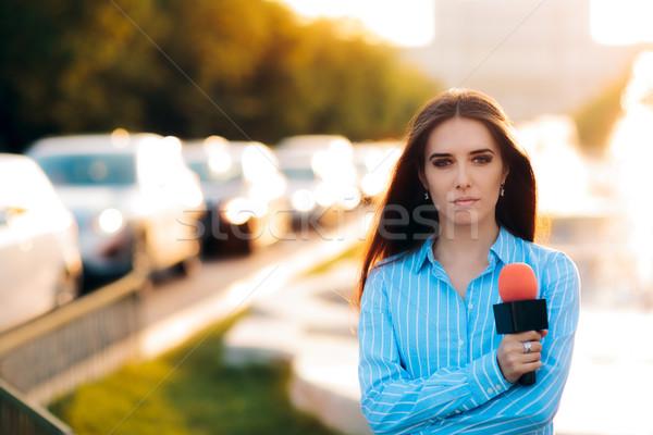 Vrouwelijke nieuws verslaggever veld verkeer vrouw Stockfoto © NicoletaIonescu